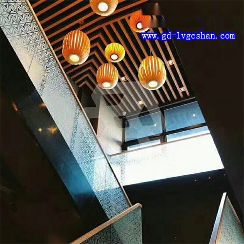 木纹铝方通天花造型 楼梯防护镂空铝板.jpg