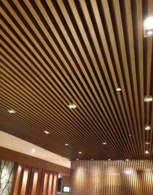 木纹铝方通吊顶 木纹铝型材天花 木纹铝方通厂家.jpg