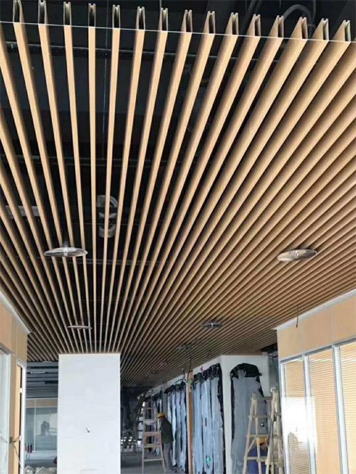 木纹铝型材吊顶 铝方通天花 木纹铝通吊顶.jpg