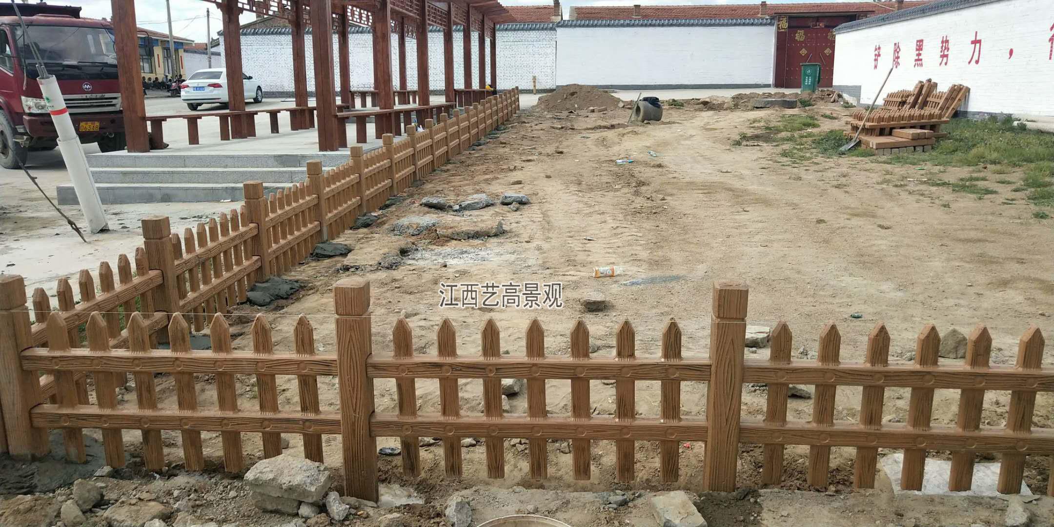 仿木栅栏围栏施工现场.jpg