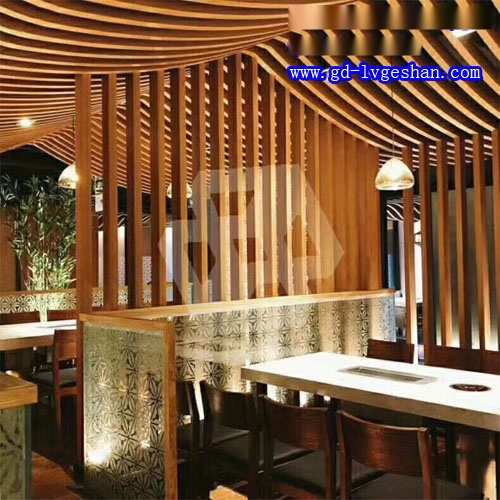 西餐厅木纹铝方通装饰 天花隔断铝型材 木纹铝型材吊顶.jpg