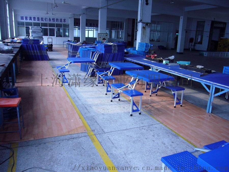 蓝色折叠桌椅车间照片.jpg