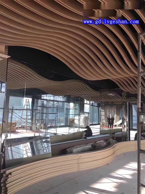 波浪形铝天花吊顶 铝方通造型顶 木纹铝方通造型