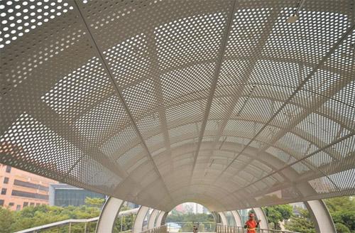 穿孔铝板吊顶 走道铝板天花 冲孔铝单板定制.jpg