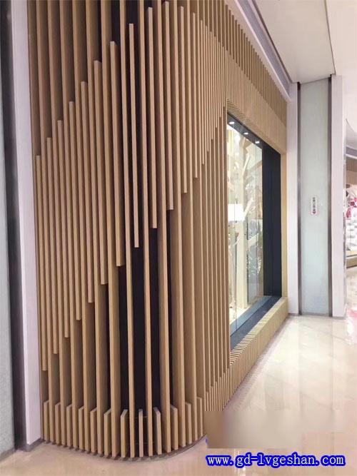 木纹铝方通墙身 内墙木纹铝方通装饰 木纹铝型材厂家.jpg