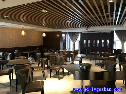 西餐厅铝天花效果图 咖啡馆铝方通吊顶 木纹铝方通天花