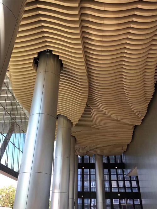 木纹铝通天花造型 木纹铝方通造型顶 波浪形铝条天花.jpg