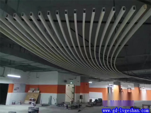 弧形铝方通吊顶贴图 铝方通天花造型 铝方通定制.jpg