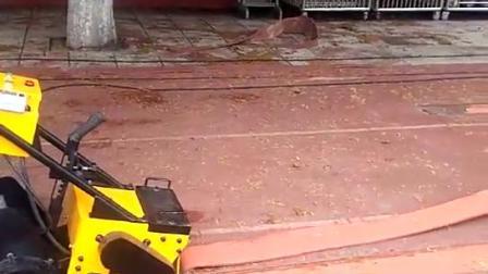 铲销机塑胶跑道施工中