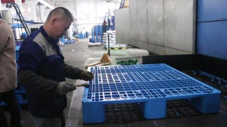 塑料托盘加防滑垫过程